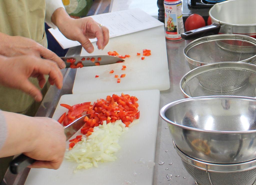 5mm角に野菜を切る